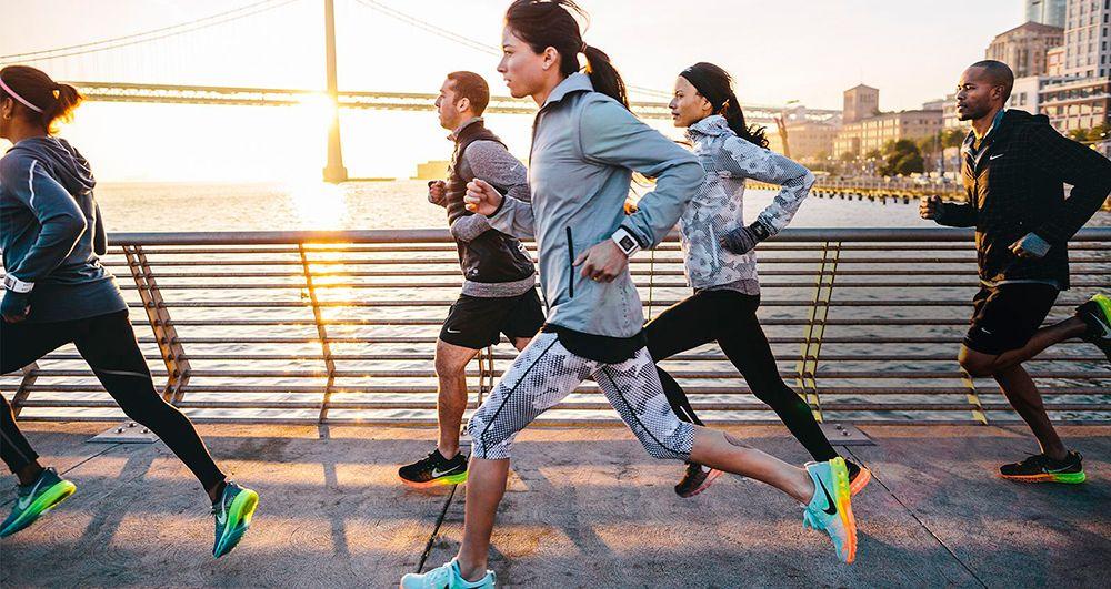 Grupo de personas de distintas nacionalidades corriendo por New York