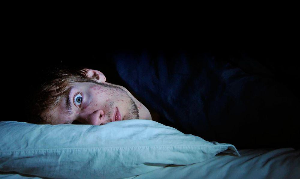 Chico que sufre de insomnio