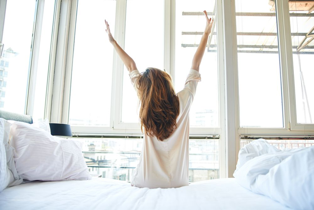 chica levantándose por la mañana
