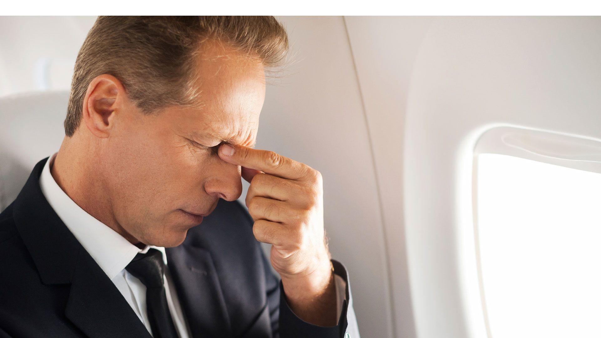 Señor en un avión mareado