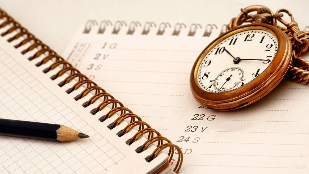 Reloj, cuaderno y papel, simboliza el paso del tiempo