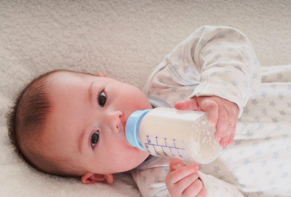 Las leches infantiles reúnen unas características muy beneficiosas para los bebés, pero a partir de unas diferencias en sus componentes y elementos